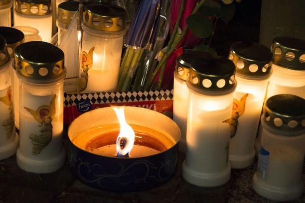 Kynttilöiden lisäksi muistopaikalle on tuotu muun muassa suklaata.