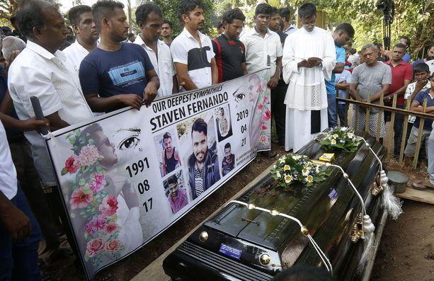 Pommi-iskujen uhreja haudattiin keskiviikkonakin Madampen hautausmaalle Colombossa.