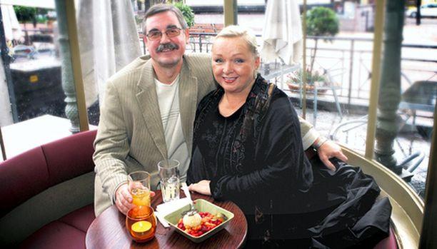 Raija ja Jyrki Oranen nauttivat yhdessä taide-elämyksistä, kulinaarisista nautinnoista ja Espanjan talvien lämmöstä ja auringosta. He nauttivat myös yhteisestä arjesta riitoineen ja hellyydenosoituksineen.