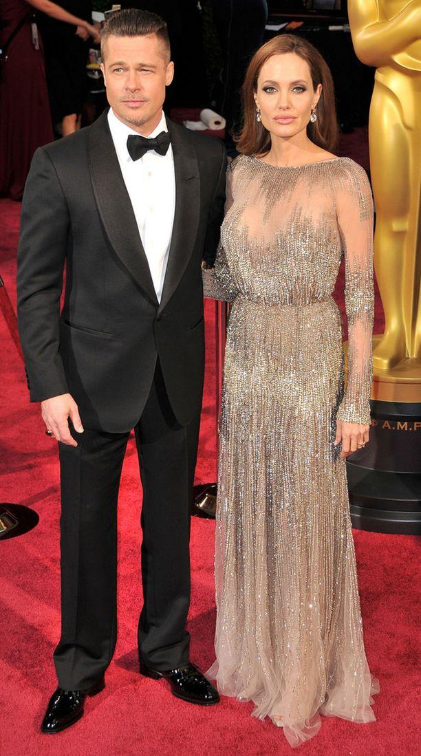 Tällainen oli Angelinan Jolien mekko Oscar-gaalassa 2014. Mekon läpi näkyi hänen näyttävät säärensä.