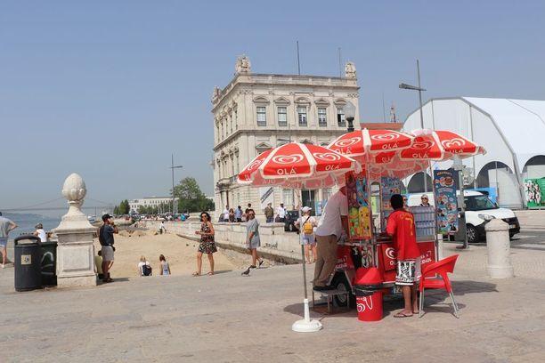Lissabonin keskustassa menee tällä hetkellä hyvin jäätelöt kaupaksi, ja ympäri kaupunkia on pysytetty pieniä jäätelökioskeja.