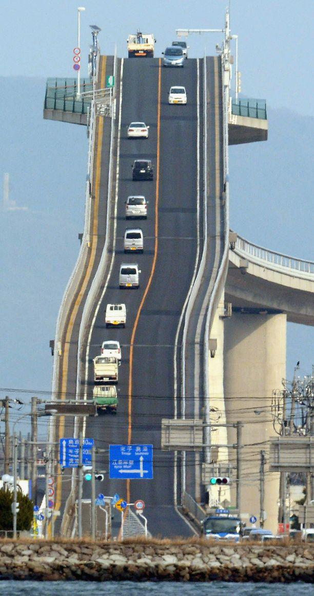 Silta yhdistää Shimanen prefektuurin pääkaupungin Matsuen Sakaiminatoon. Kumpikin kaupungeista on Honshūn saarella.