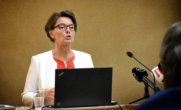 VTV:n raportissa ei suoraan mainita liikenne- ja viestintäministeri Anne Berneriä (kesk), mutta moitteet kohdistuvat ministeriön lisäksi häneen.