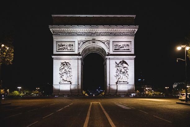 Riemukaareen päättyvä Avenue des Champs-Elysées on normaalisti täynnä liikennettä. Nyt se on iltayhdeksän jälkeen autio.
