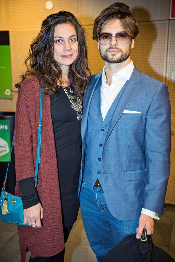 Manuela Bosco saapui katsomaan näytöstä yhdessä miehensä Kasimir Baltzarin kanssa.