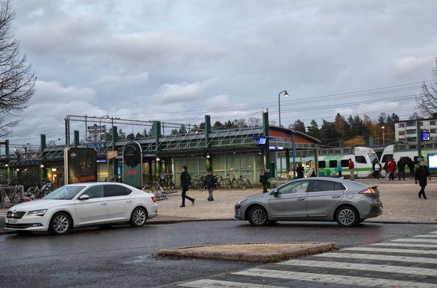 Jätä auto tai vaihda sähköautoon: Hyppää junaan tai mankeloi polkupyörällä. Näin tutkijat neuvovat.