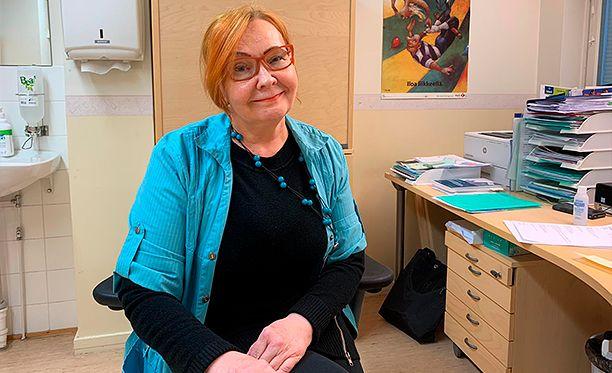 """""""Töissä minulla on tunne, että me kaikki ollaan samassa veneessä ja soudetaan samaan suuntaan"""", Kainuunmeren Työterveys Oy:n työterveyshoitaja Tuija Finne kertoo."""