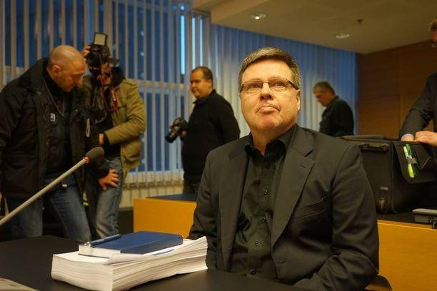 Rikosylikomisario Jari Aarniolle vaaditaan 13 vuoden vankeustuomiota 6 törkeästä huumerikoksesta sekä vyyhtiin liittyvästä 9 muusta rikoksesta.