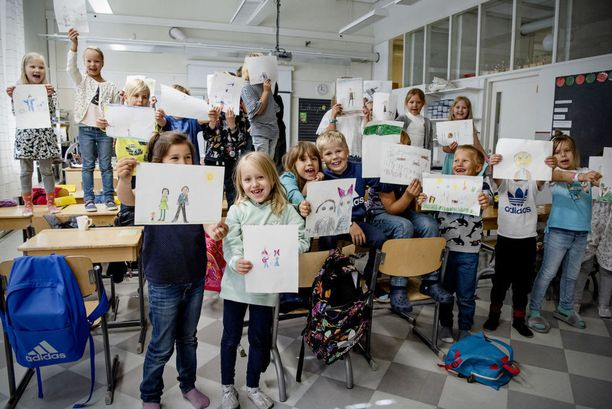 Katajanokan ekaluokkalaiset piirsivät kuvia tasavallan presidentille Sauli Niinistölle tämän syntymäpäivän kunniaksi.