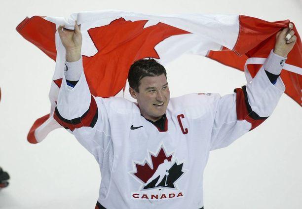 Mario Lemieux on yksi kaikkien aikojen suurimmista. Hän voitti urallaan Stanley-cupin kahdesti, Kanada-cupin, World-cupin ja olympiakultaa.