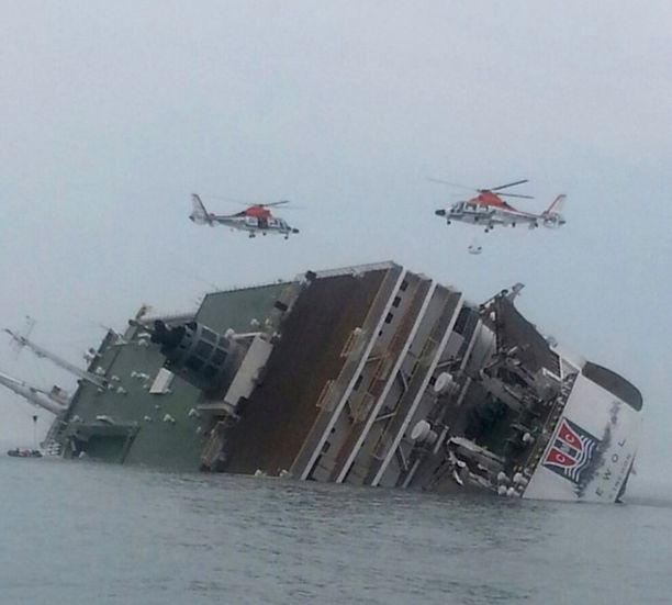 Matkustajia pelastettiin helikopterien avulla.