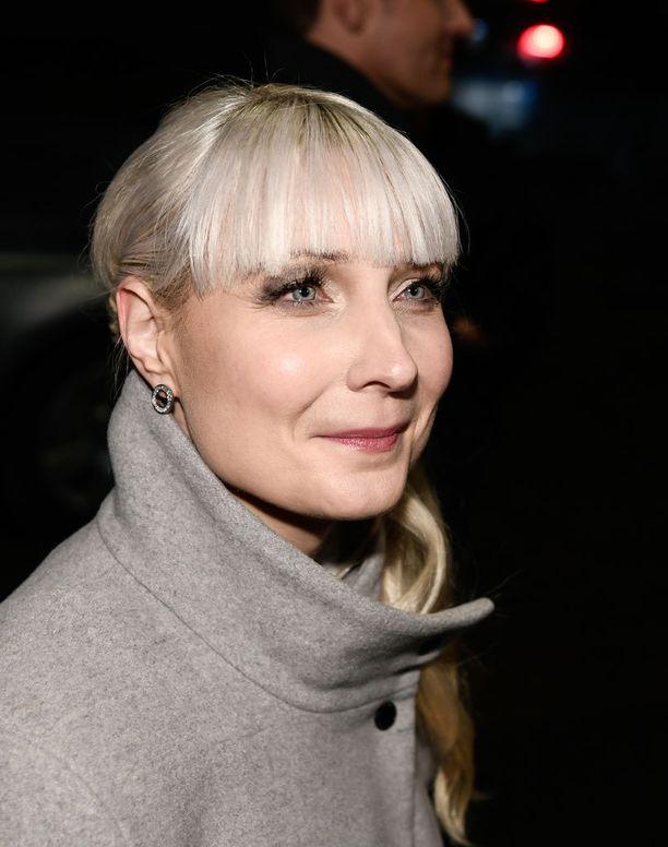 Perussuomalaisten presidenttiehdokas Laura Huhtasaari rinnastaa antifasistit ja Pohjoismaisen vastarintaliikkeen toimintatavoiltaan.