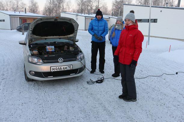 Venäläisturistit Tatiana Lebedeva, Ilya Cherednichenko ja Arina Stepanova yrittävät päästä Oulun pakkasista kotimatkalle Petroskoihin.