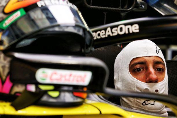 Daniel Ricciardo rysäytti seinään.
