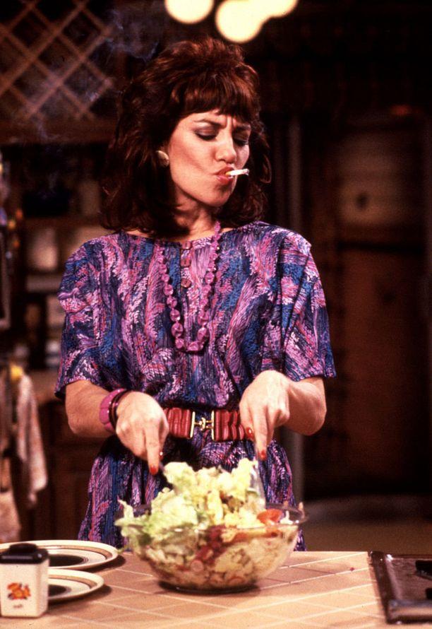 Peggy harvinaisesti laittamassa ruokaa.