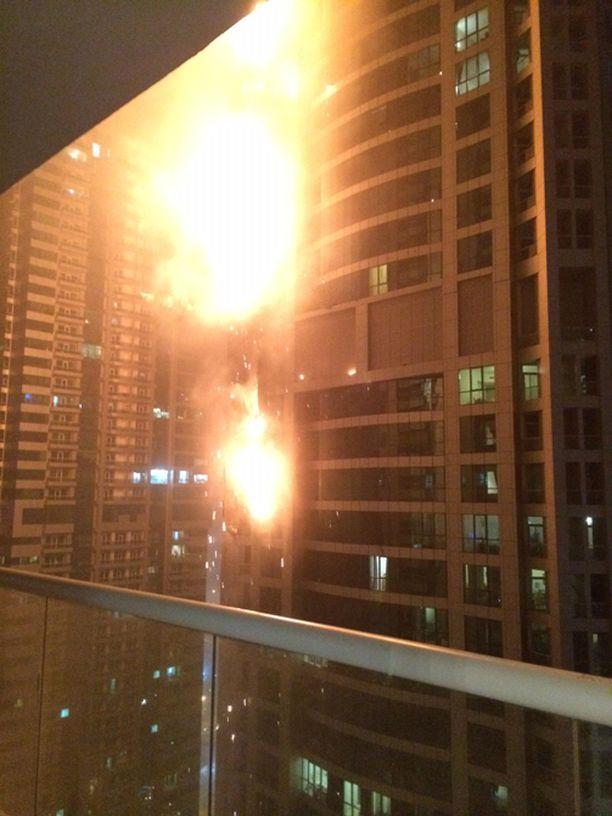 Liekit roihusivat Dubaissa.