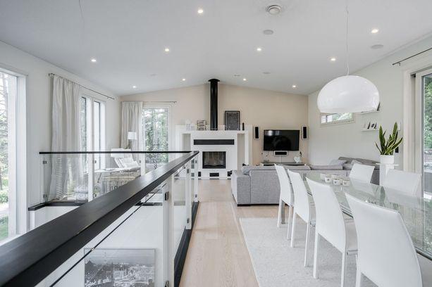 Valoisa koti on sisustettu skandinaaviseen tyyliin.