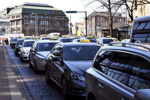 Taksikuskit sumputtivat protestissaan näyttävästi muun muassa Helsingin Postitalon edustan.