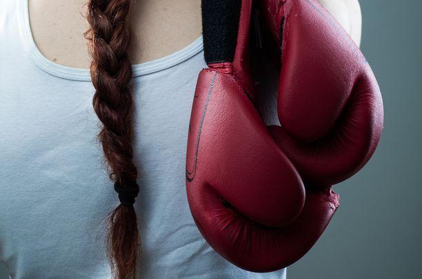 Huippu-urheilija joutui lähisuhdeväkivallan uhriksi. Kuvituskuva.
