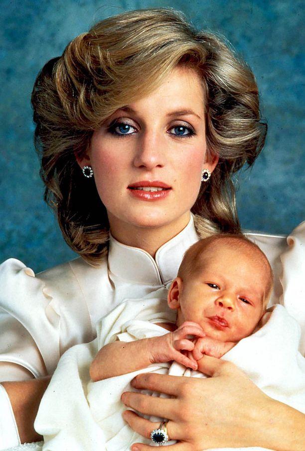 Dianan kihlasormus oli timanteilla ympäröity sininen safiirisormus. Sormus on nyt Dianan esikoisen, prinssi Williamin puolison Catherinen sormessa. Sormuksesta tuli aikoinaan todellinen trendi-ilmiö.