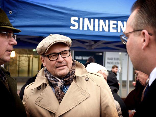 Matti Torvinen keskusteli marraskuussa sinisten toritapahtumassa Helsingissä muun muassa puolustusministeri Jussi Niinistön kanssa.