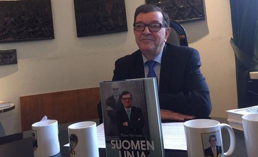 Suomenmaan kyselyn mukaan keskustan puoluevaltuutettujen enemmistö haluaisi erottaa Paavo Väyrysen puolueesta. Kuva Väyrysen tiedotustilaisuudesta viikko takaperin.