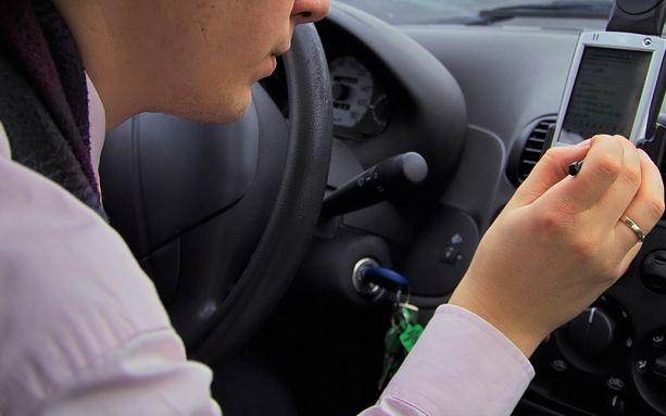 Mies pystyi seuraamaan exänsä liikkumista tämän auton takaluukkuun asentamansa seurantalaitteen avulla.