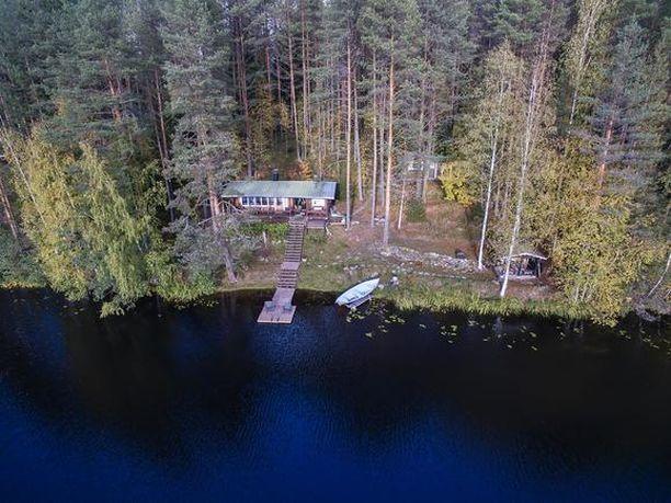 Kuopion Vehmersalmella pieni noin 33-neliön rantamökki 55 000 euron hintapyynnöllä.