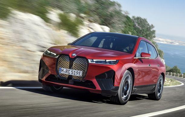 Työsuhdeautona käytettävien täyssähköautojen verotusarvoa alenee 170 euroa kuukaudessa vuosiksi 2021-2025. Kuvassa BMW:n iX-täyssähköauto.