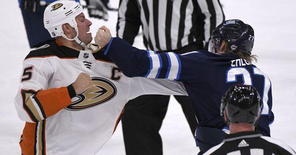 Winnipeg Jetsin Nikolaj Ehlers (oik.) pudotti hanskat Anaheim Ducksin Ryan Getzlafin kanssa.