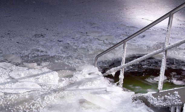 Pelastuslaitoksen sukeltajat tarkastivat hälytyspaikan. Ketään ei löytynyt vedestä. Kuvituskuva.