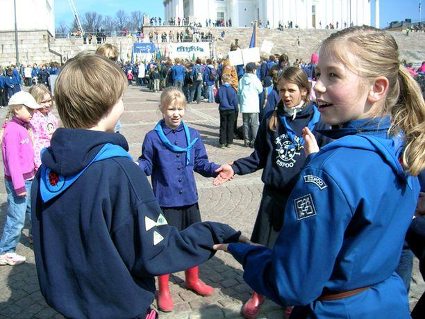 Espoolaisen Leppäpirkot lippukunnan tytöt odottivat paraatin alkamista leikin voimalla.