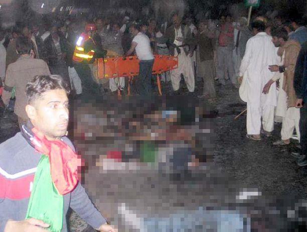 Ase- ja pommi-iskussa kuoli yli 20 ihmistä.