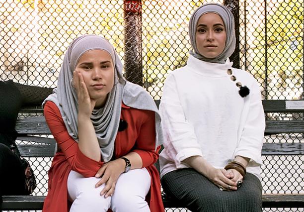 Edit-sarjassa Iman tapaa muun muassa yhden idolinsa, rap-artisti Mona Haydarin (oik.). -Pidän Monan videoissa eniten siitä, että mukana on erilaisia musliminaisia.