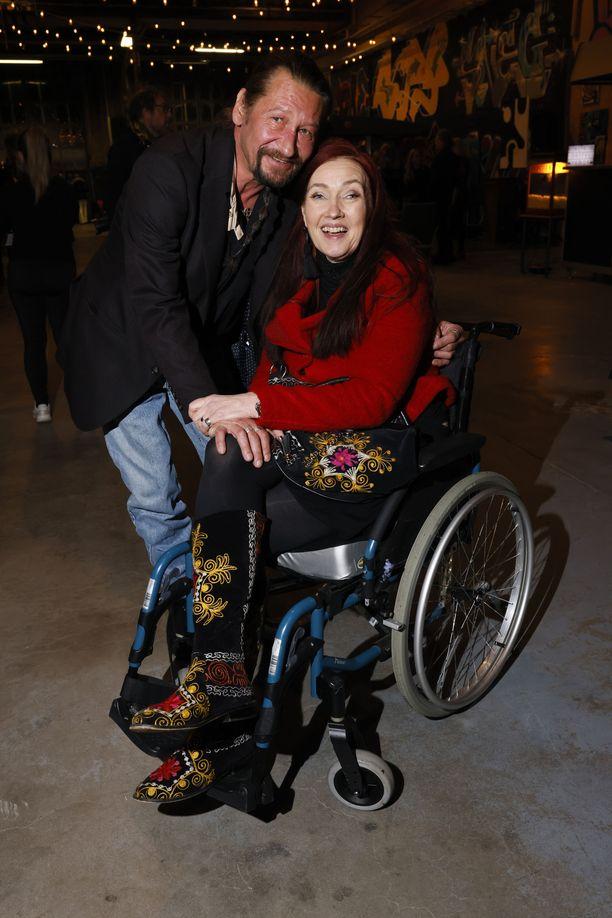 Saija Varjus saapui miesystävänsä kanssa katsomaan taidenäyttelyä.