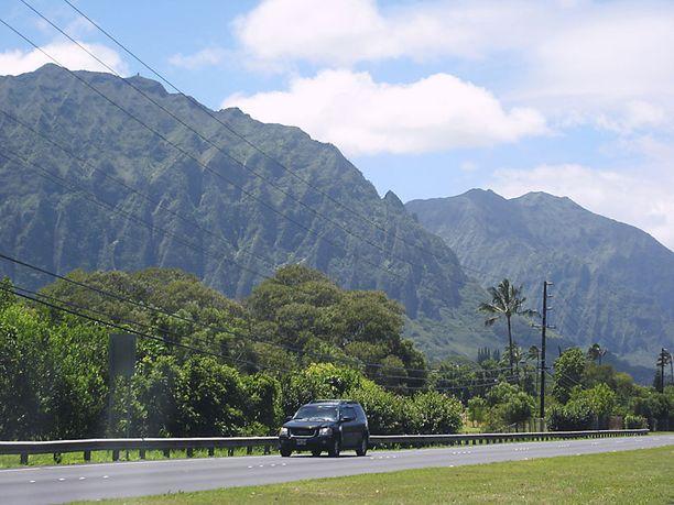 Sademetsä kohoaa ylös vuorille. Saarella on kuvattu paljon elokuvia, muun muassa Jurassic Park.