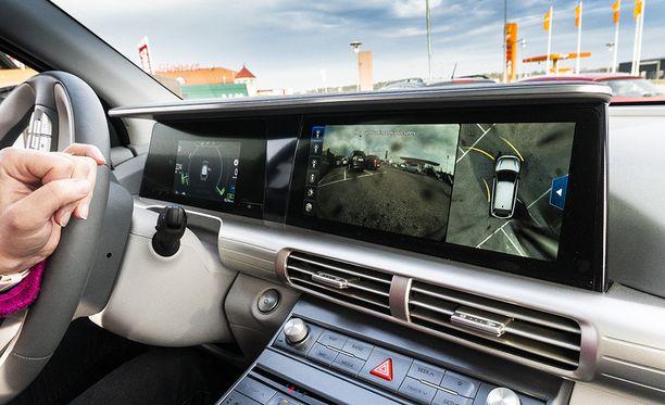 Kamerajärjestelmän yksi hienoimmista ominaisuuksista on virtuaalinen sivupeili. Kun vilkun kytkee ajon aikana päälle, auto näyttää mittaristossa kuvaa sivupeiliin sijoitetusta kamerasta. Erityisen näppäräksi ominaisuus osoittautui takaviistosta lähestyvien polkupyörien havaitsemisessa.