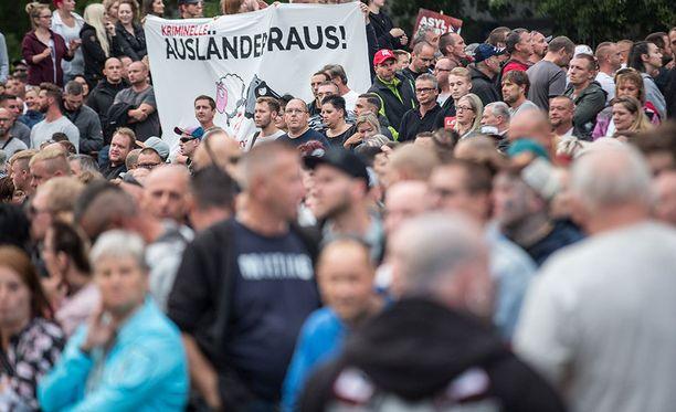 Mielenosoittajat vaativat ulkomaalaisia pois Saksasta.