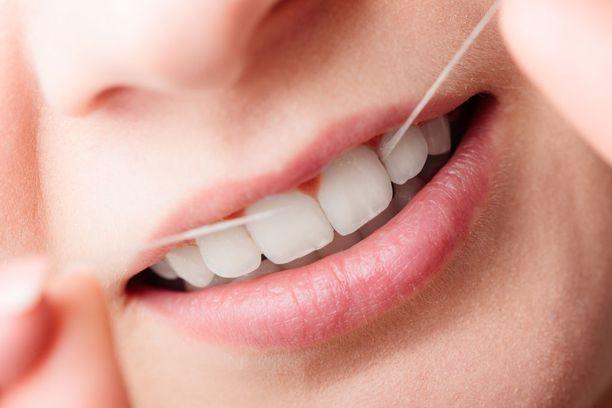 Täydelliseksikään hiottu harjaustekniikka ei puhdista hampaiden välejä ruoan rippeistä ja plakkikertymistä. Siksi hammaslankaa tulee käyttää ainakin kerran päivässä.
