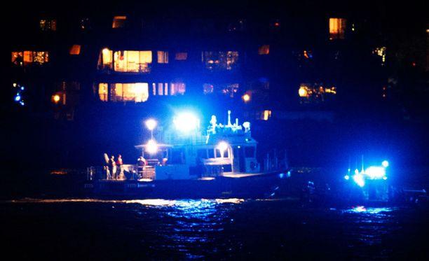 Pelastustöitä tehtiin New Yorkissa yön pimeydessä.