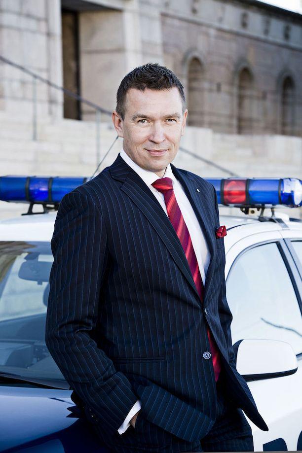 Perussuomalaisten poliisikansanedustaja Tom Packalén lensi varta vasten kesken työmatkan Suomeen äänestämään hallintarekisteröinnin sallivaa lakia vastaan. Myös kaksi muuta hallituspuolueen poliisikansanedustajaa äänesti hallituksen esitystä vastaan.