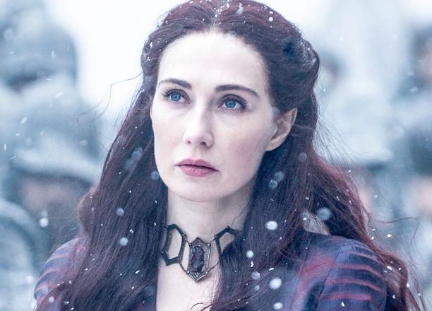 Melisandre ratsasti seitsemännellä tuotantokaudella pois Westerosista. Hän kuitenkin uhosi palaavansa vielä kuollaakseen siellä.