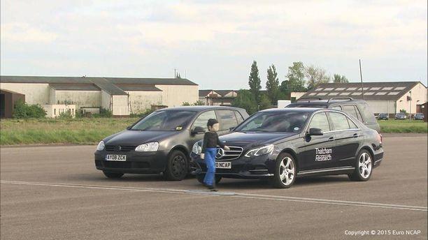 Tänä vuonna Euro NCAP -testeihin lisätään osuus jolla tutkitaan miten hyvin automaattijarrutus toimiitilanteessa, jossa esimerkiksi lapsi juoksee pysäköityjen autojen välistä yllättäen tielle.