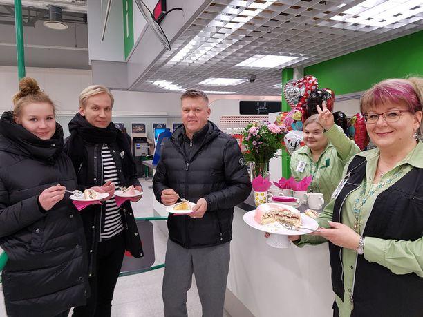 Peppi Honkanen, Pekka Suhonen ja Kari Soini kakulla, sitä tarjosi palvelupäällikkö Terhi Marku Loimaan Prismassa, voitonmerkkiä näyttää myyjä.