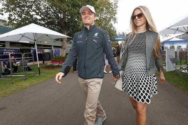Nico Rosbergin kesä on ollut unelmien täyttymys. Hän johtaa tällä hetkellä F1-sarjaa neljän pisteen erolla tallikaveriinsa, Mercedes-kuljettaja Lewis Hamiltoniin. Perjantaina miehen kesä sai kruununsa, kun hän meni naimisiin pitkäaikaisen tyttöystävänsä Vivian Siboldin kanssa.