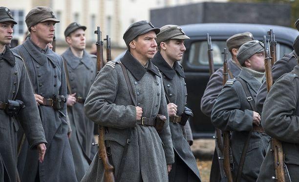 Aku Hirviniemi näyttelee Tuntemattomassa sotilaassa Hietasta. Muissa elokuvan pääosissa nähdään muun muassa Eero Aho (Rokka), Jussi Vatanen (Koskela), sekä Johannes Holopainen (Kariluoto).
