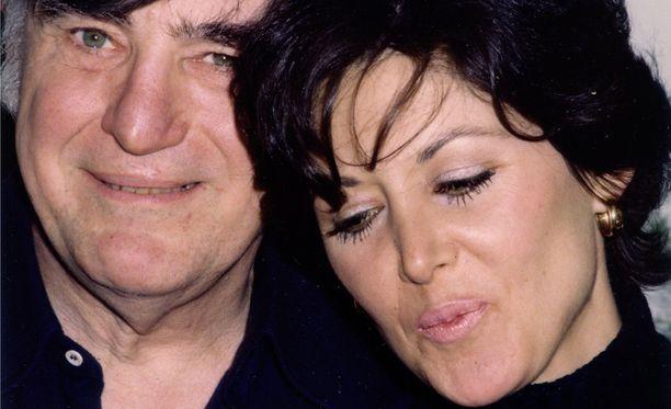 Peggy oli Joen kolmas aviovaimo. Joe oli vielä naimisissa toisen vaimonsa kanssa, kun hän jo muutti Peggyn kanssa yhteen. Parin liitto kesti 40 vuotta.