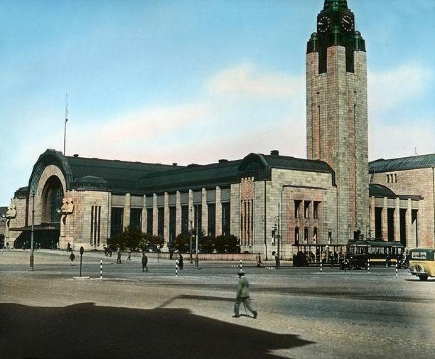 Helsingin rautatieaseman ympärillä oli vielä rauhallista.