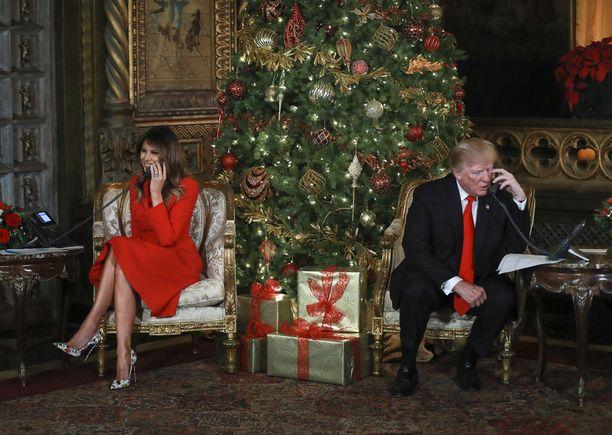 Presidentti Donald Trump ja Melania Trump auttoivat jouluaattona puhelimessa lapsia jäljittämään joulupukkia. Presidenttipari rupatteli lasten kanssa heidän Floridan huvilallaan Mar-a-Lagossa.
