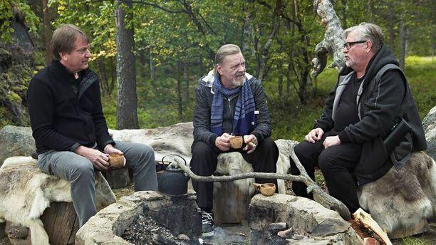 Ohjaaja Mika Kaurismäki (vas.) ja ohjaaja-näyttelijä Kari Väänänen (oik.) saapuivat Vesa-Matti Loirin vieraiksi Inarinjärvelle.
